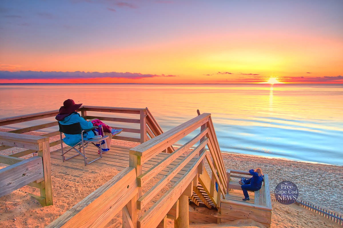 What is the weather like in Cape Cod in September. FREE Cape Cod News PHOTO: Cape Cod Bay sunset, Eastham, Massachusetts.